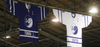 Na zimním stadioně visí další dres naší legendy